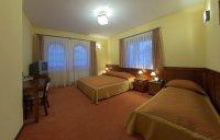 Pokój 3-osobowych, gdzie jest łóżko małżeńskie i łóżko pojedyncze