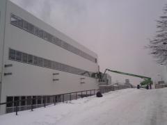 Montaż lekkich obudów ścian hal przemysłowych
