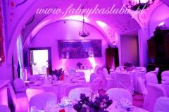 Dekoracja światłem sal restauracji na wesele