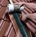 Wykonywanie więźb dachowych i krycie dachów.